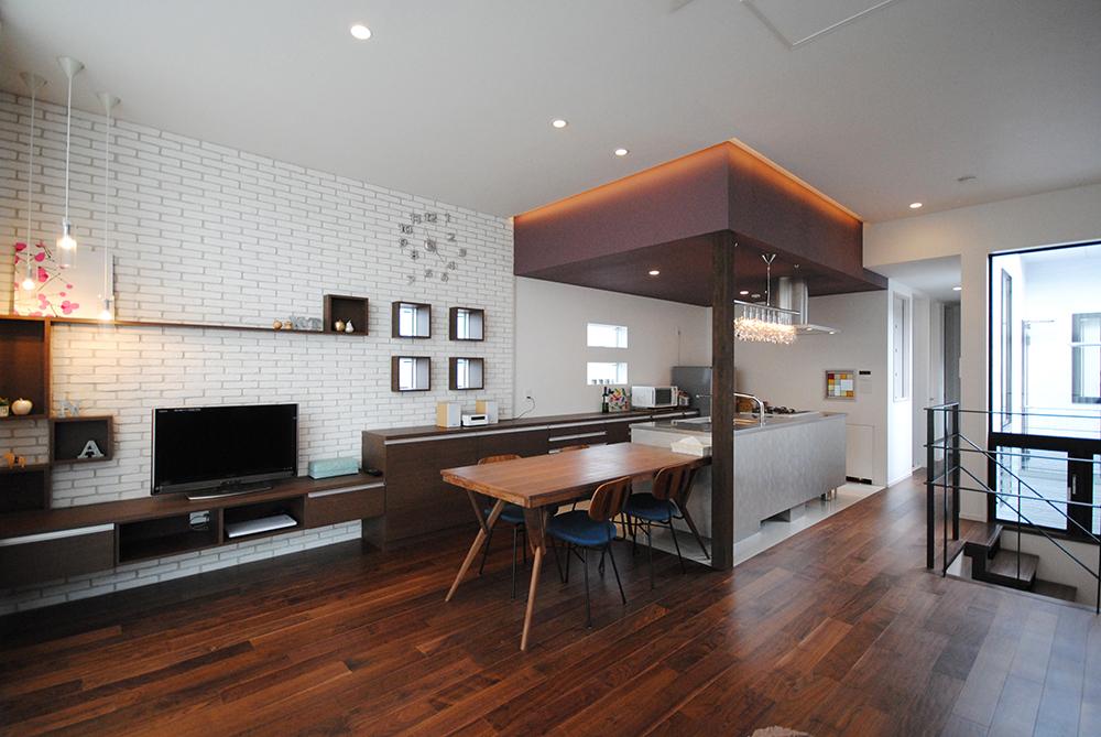 キッチンを暮らしの中心に配置したモダンな住まい