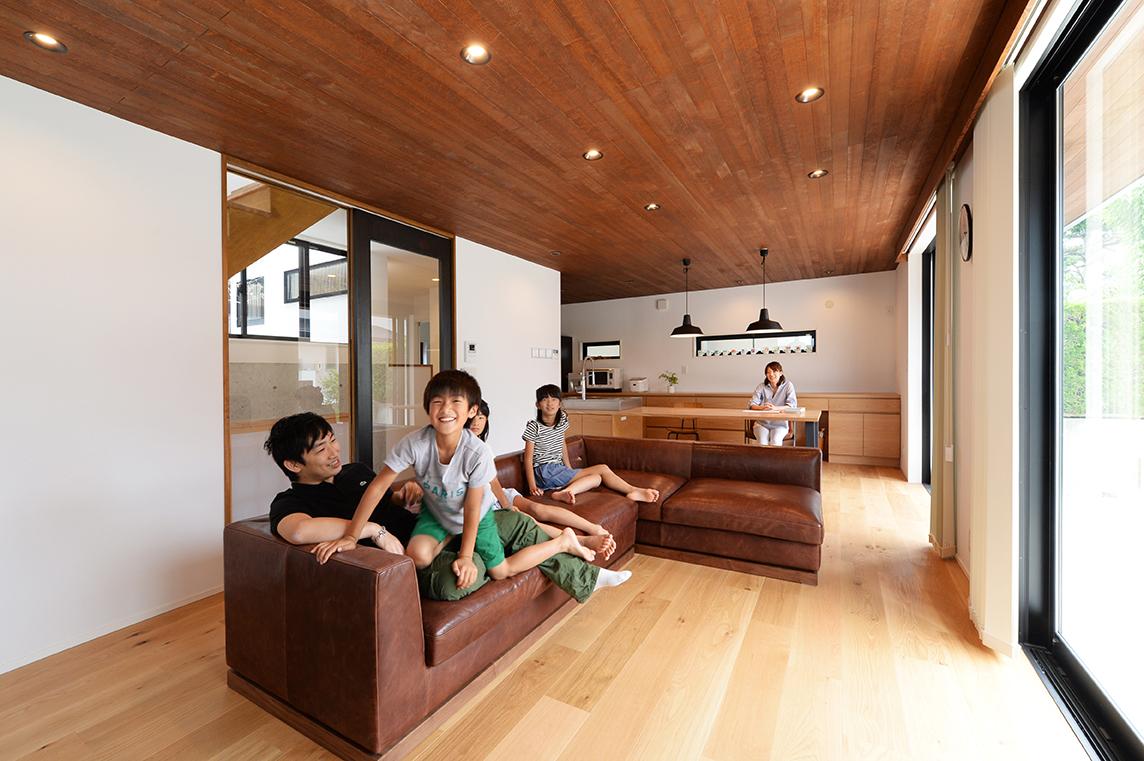 コンクリートの無骨さと木が融合するモダンな家